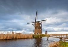 Paisagem rústica com os moinhos de vento holandeses tradicionais Imagem de Stock