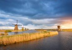 Paisagem rústica com os moinhos de vento holandeses tradicionais Imagens de Stock
