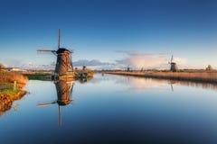 Paisagem rústica com os moinhos de vento holandeses tradicionais bonitos Imagens de Stock