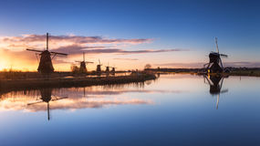 Paisagem rústica com os moinhos de vento holandeses tradicionais bonitos Fotos de Stock