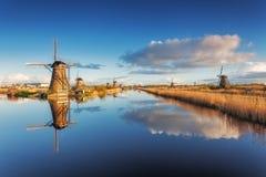 Paisagem rústica com os moinhos de vento holandeses tradicionais bonitos Foto de Stock