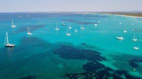 Paisagem a?rea do zang?o surpreendente da praia encantador Es Trencs e dos barcos com um mar de turquesa fotografia de stock royalty free
