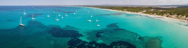 Paisagem a?rea do zang?o surpreendente da praia encantador Es Trencs e dos barcos com um mar de turquesa fotos de stock