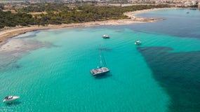 Paisagem a?rea do zang?o surpreendente da praia encantador Es Trencs e dos barcos com um mar de turquesa imagens de stock royalty free