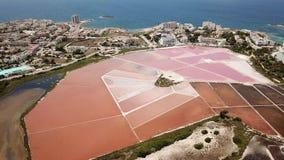 Paisagem a?rea do zang?o surpreendente dos planos bonitos de sal em Colonia de Sant Jordi, Ses Salines, Mallorca, Espanha video estoque