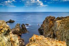 Paisagem rochosa litoral sob o céu com nuvens Imagens de Stock