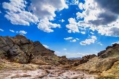 A paisagem rochosa sob o céu com nuvens Imagem de Stock
