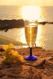 Paisagem romântica com vidro do vinho branco Imagens de Stock