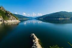 Paisagem romena famosa: Lago Vidraru dam, em Romênia Imagem de Stock