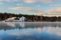 Paisagem rural Céu bonito do inverno sobre o lago nevado e gelado Fotografia de Stock Royalty Free