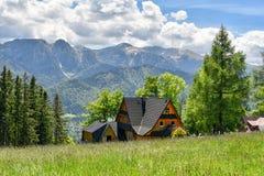 Paisagem rural, casa de campo nos montes de montanhas de Tatra, Zakopane fotografia de stock