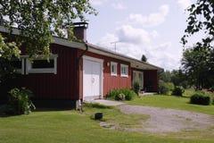 Paisagem rural com a casa de madeira em Finlandia Foto de Stock Royalty Free
