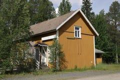 Paisagem rural com a casa de madeira em Finlandia Imagens de Stock Royalty Free