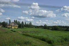 Paisagem rural com a casa de madeira em Finlandia Imagens de Stock