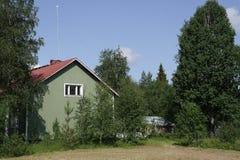 Paisagem rural com a casa de madeira em Finlandia Imagem de Stock