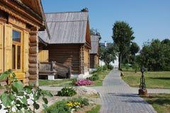 Paisagem rural com casas de madeira Fotos de Stock