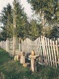Paisagem rural com a cerca de madeira na vila abandonada fotos de stock royalty free