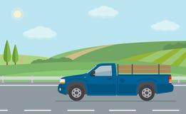 Paisagem rural com estrada e o camionete movente Fotos de Stock