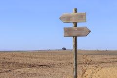 Paisagem rural com letreiro de madeira Imagens de Stock