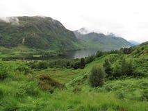 Paisagem rural com montanhas e o rio verdes Imagem de Stock Royalty Free