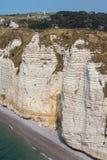 Paisagem rural com os penhascos da pedra calcária perto de Etretat em Normandie, França Fotos de Stock