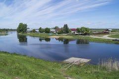 Paisagem rural com rio Fotos de Stock