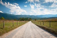 Paisagem rural da exploração agrícola da estrada de terra na angra de Cades Fotos de Stock