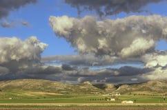 Paisagem rural do outono: Alta Murgia National Park, Itália Campo montanhoso dominado por nuvens imagens de stock royalty free