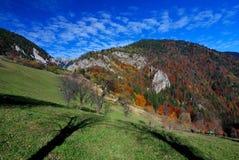 Paisagem rural do outono em montanhas de Romania fotografia de stock royalty free