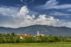 Paisagem rural em Friuli, Itália com a cidade pequena nos montes fotografia de stock royalty free