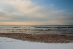 Paisagem rural inverno bonito sobre a praia Báltico nevado Foto de Stock Royalty Free