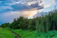Paisagem rural no crepúsculo com céu nebuloso fotos de stock