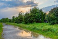 Paisagem rural no crepúsculo com céu nebuloso imagens de stock