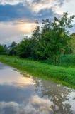 Paisagem rural no crepúsculo com céu nebuloso foto de stock