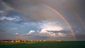 Paisagem rural, nuvens de chuva e arco-?ris, tempo-lapso video estoque