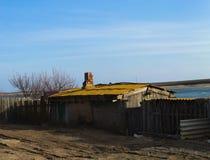Paisagem rural O sol da noite Casa pequena com uma tubulação Fotografia de Stock Royalty Free