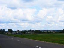 Paisagem rural: vila, campo em Bielorrússia fotografia de stock