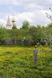 Paisagem russian t?pica Espantalho dos pássaros no jardim Igreja na dist?ncia Suzdal, R?ssia imagem de stock