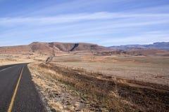 Paisagem seca do inverno de Asphalt Road Stretching Through Arid foto de stock royalty free
