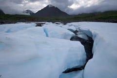 Paisagem selvagem, Rússia. Blocos da geleira do gelo, pedras. Fotografia de Stock Royalty Free
