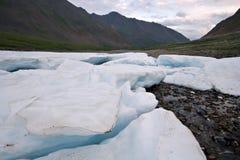 Paisagem selvagem, Rússia. Blocos da geleira do gelo, pedras. Fotos de Stock