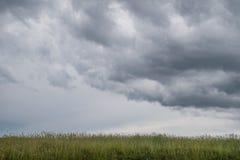 Paisagem selvagem típica em Brittany com o céu nebuloso escuro surpreendente, campo desolado original com ninguém imagens de stock