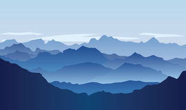Paisagem sem-vida com as montanhas enormes sobre o sol Imagem de Stock Royalty Free