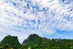 Paisagem sobre a montanha com nuvens moventes Fotografia de Stock