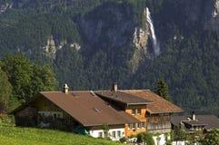 Paisagem suíça da montanha dos cumes com cachoeira Imagem de Stock