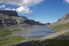 Paisagem suíça do lago da montanha fotos de stock royalty free