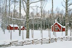 Paisagem sueco do inverno com as casas de madeira vermelhas Fotos de Stock Royalty Free