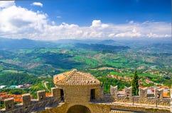 Paisagem superior aérea da vista panorâmica com vale, montes verdes, campos, vilas do distrito suburbano de São Marino da repúbli imagens de stock