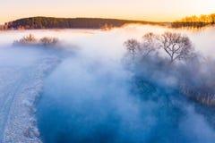 Paisagem surpreendente Área nevoenta no campo Cenário aéreo fotografia de stock royalty free