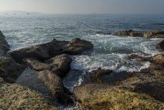 Paisagem surpreendente bonita da costa rochosa na praia na cidade de Weligama fotografia de stock royalty free